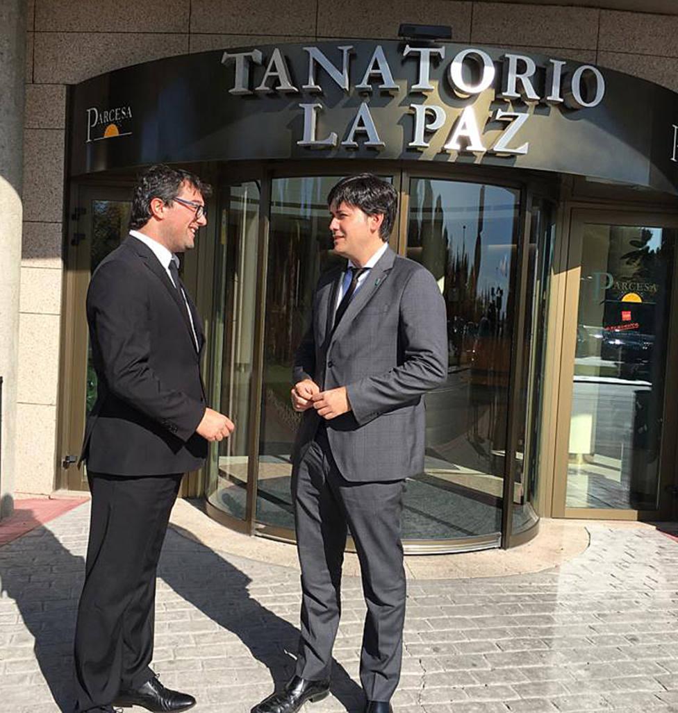El alcalde de Valdés y el consejero charlan a la entrada de La Paz