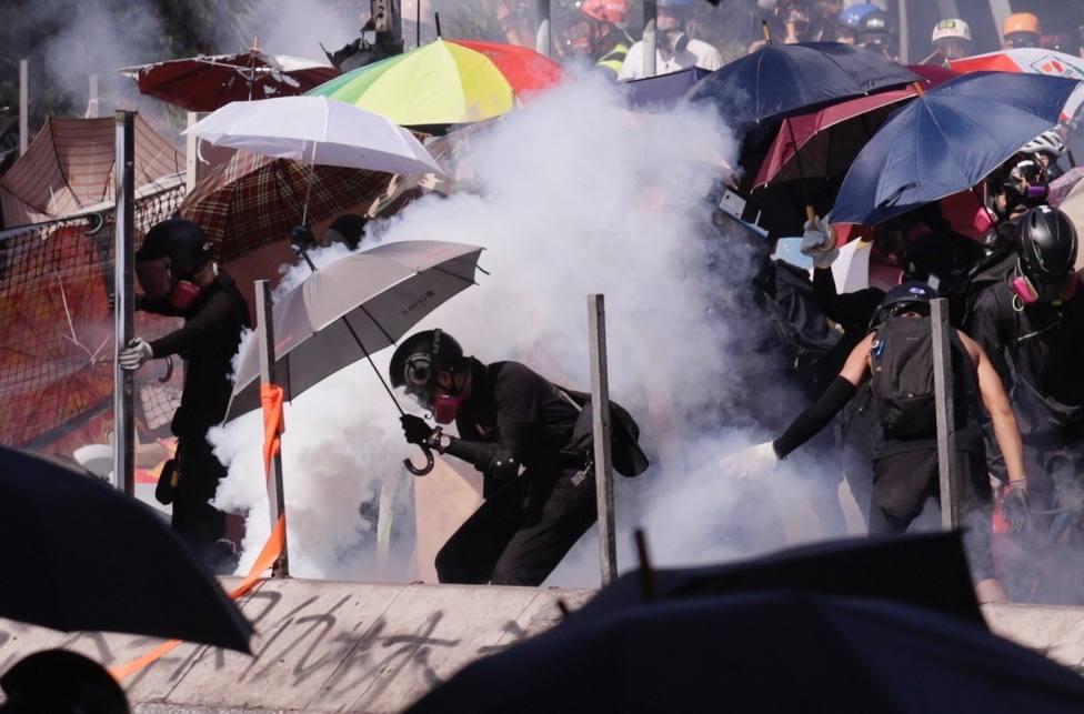 La Policía de Hong Kong asalta la Universidad Politécnica y los estudiantes incendian la entrada