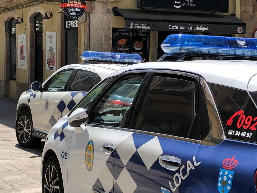 Foto de archivo de dos vehículos de la Policía Local de Ferrol