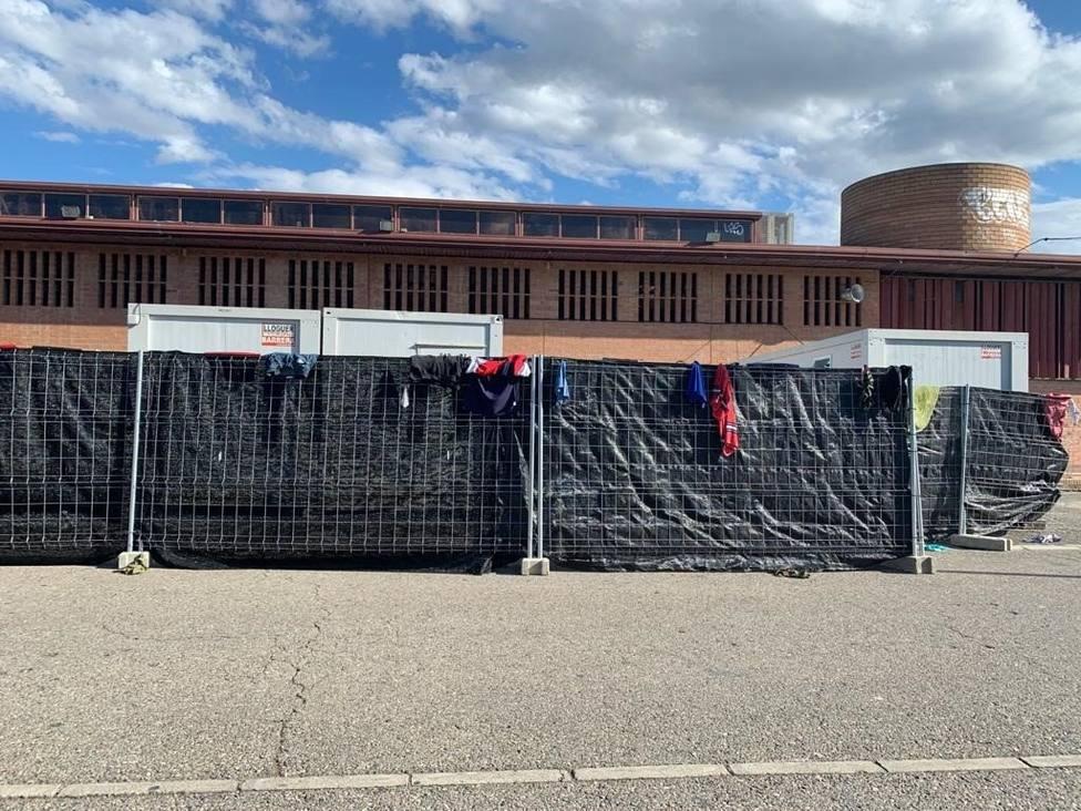 Pabellones donde duermen personas que se han desplazado a Lleida a buscar trabajo en la fruta