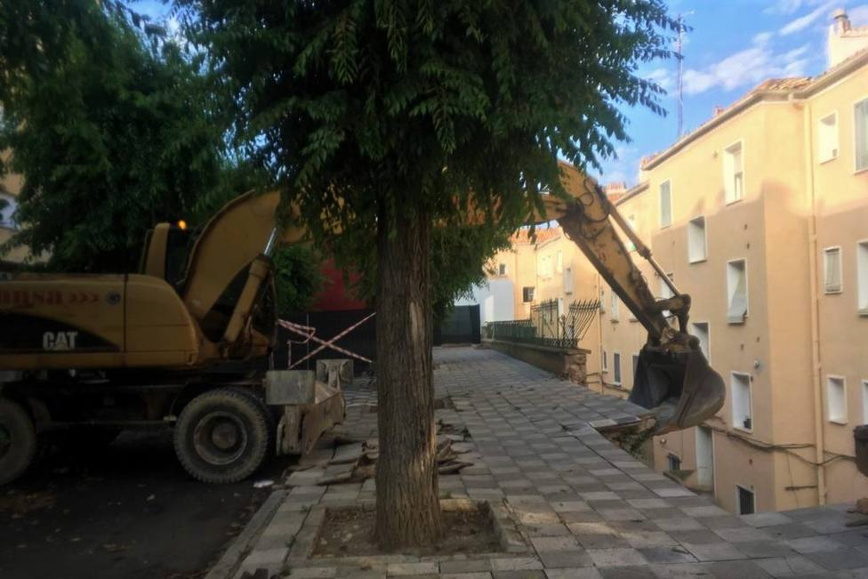 El Ayuntamiento inicia la demolición parcial controlada del muro de la calle Ramiro de Maeztu