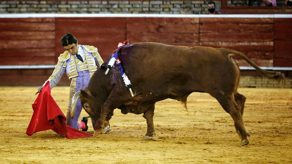 Derechazo de rodillas de Miguel Ángel Perera durante la faena al cuarto toro de Cuvillo