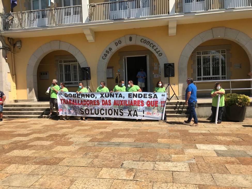 Concentración de los trabajadores de auxiliares de Endesa ante el Ayuntamiento de As Pontes - FOTO: Cedida