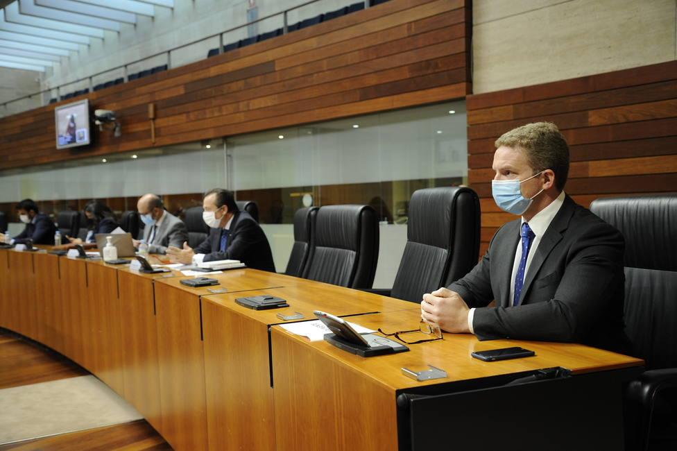 Fernando Rodríguez, en primer término, sentado junto al Grupo de Cs en el Parlamento. Foto: ASAMBLEA