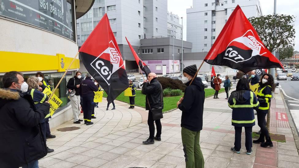 Concentración a las puertes de la oficiona de Narón - FOTO: CGT