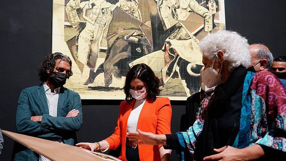 José Tomás e Isabel Díaz Ayuso bajo el mural homenaje a Víctor Barrio en Las Ventas