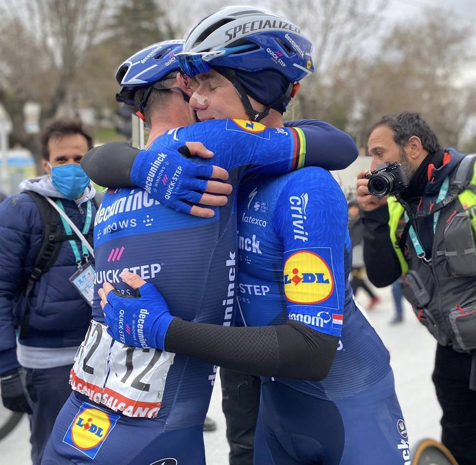 Abrazo entre Cavendish y Jakobsen