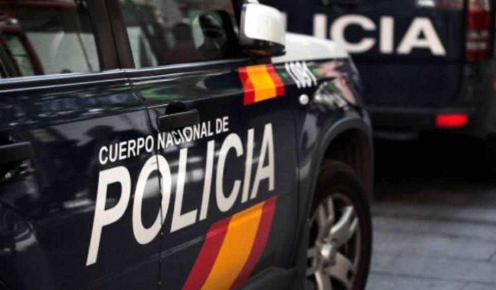 La pareja llamó por teléfono a la Policía Nacional desde el interior de la cafetería al continuar las amenazas