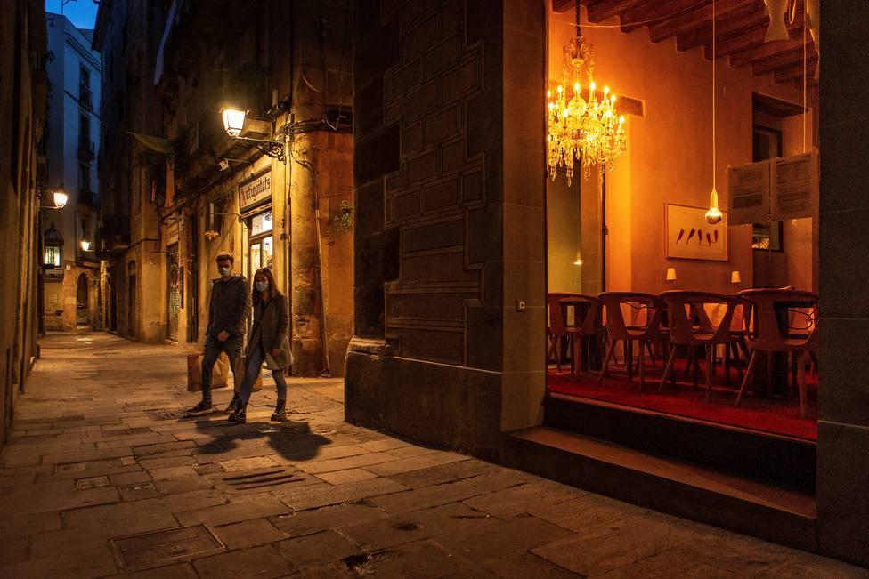 Toque de queda a tiendas de 24 horas de Cataluña, donde se agrava la epidemia