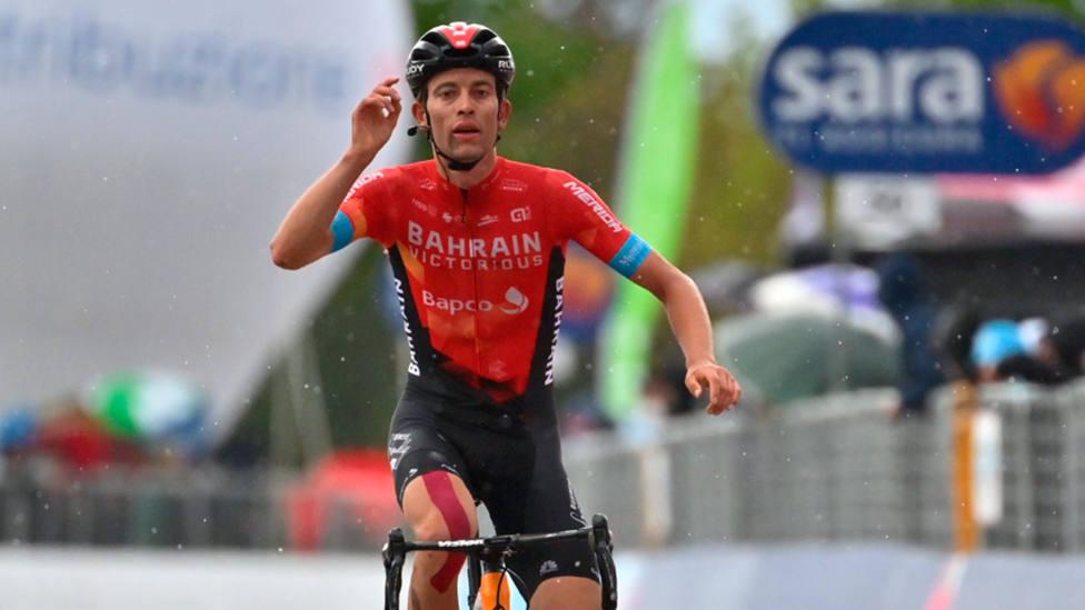 Gino Mäder levanta el dedo tras atravesar la línea de meta de la 6ª etapa del Giro de Italia (FOTO: Giro)