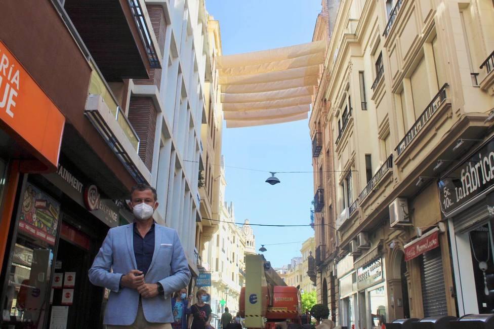 Infraestructuras instala los toldos de las calles del centro de la ciudad
