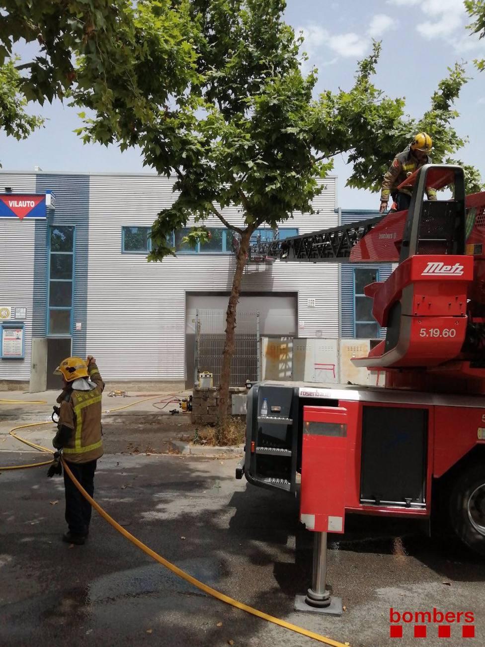 Imagen de los bomberos trabajando en el incendio de Vilanova i la Geltrú (Barcelona)