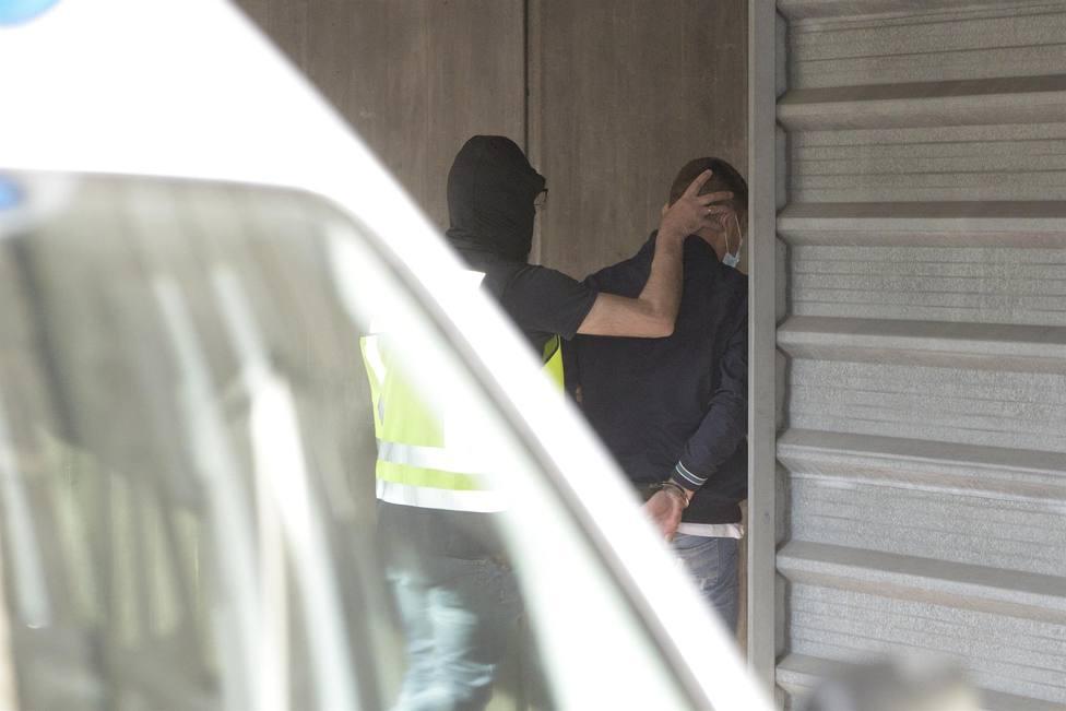 Un agente lleva arrestado a uno de los acusados para declarar como presunto autor de la paliza a Samuel