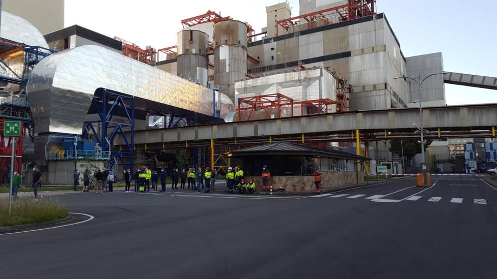 Trabajadores de las auxiliares de Endesa cortaron el paso a la central. FOTO: CCOO
