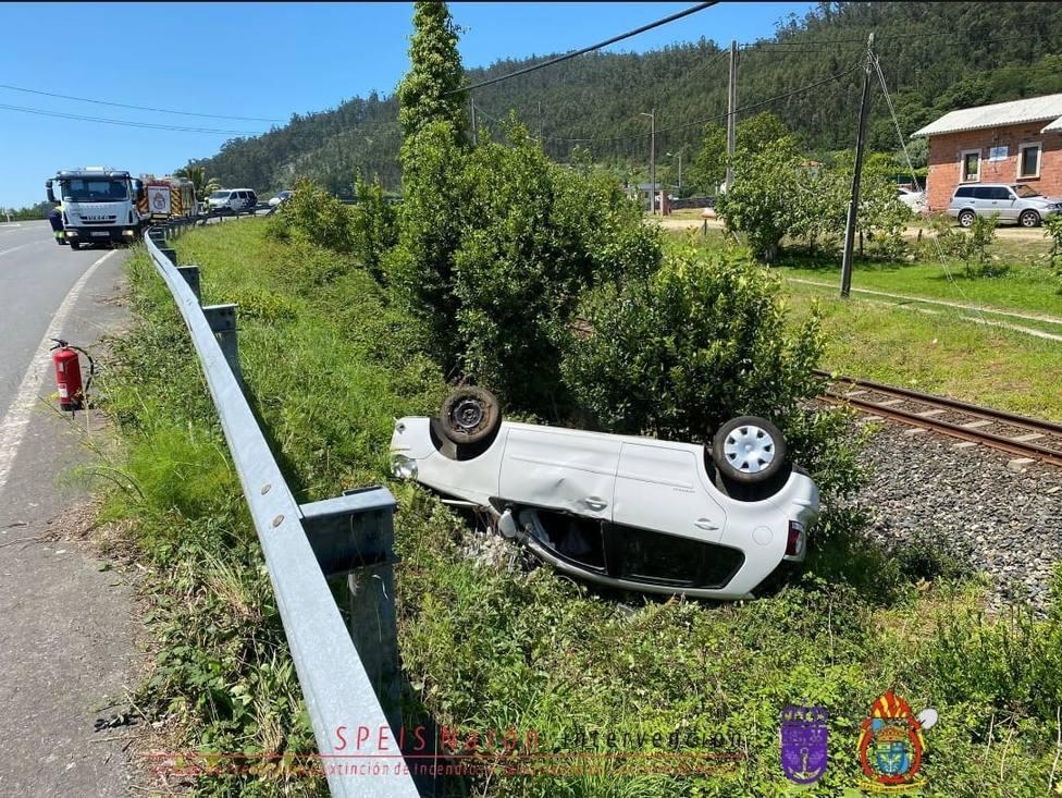 El vehículo se precipitó cayendo próximo a las vías del tren entorno al apeadero de Pedroso. FOTO: Speis Narón