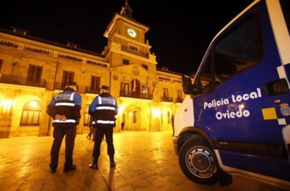 Agentes de la Policía Local de Oviedo en la Plaza del Ayuntamiento