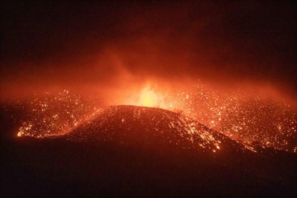 La nueva colada de lava en La Palma discurre por encima de la anterior y es más fluida y más rápida