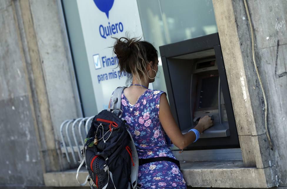 ¿Puede cobrarme el banco una comisión por retirar dinero en ventanilla?