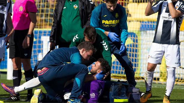 El portero del Castellón tuvo que recibir diez puntos tras una patada sufrida (@VillarrealCF)