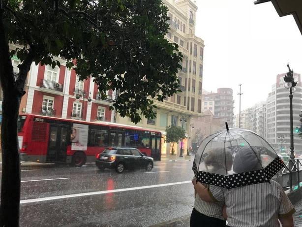 Las fuertes lluvias dejan casi 50 litros en Valencia, 34 en Castellon y 29 en Alicante y mas de 860 rayos