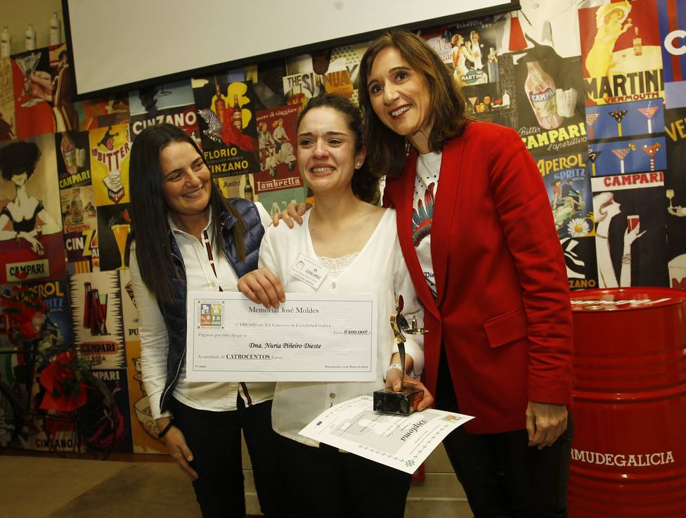 Una de las ganadoras no logra contener la alegria durante la entrega de reconocimientos - FOTO: Xunta