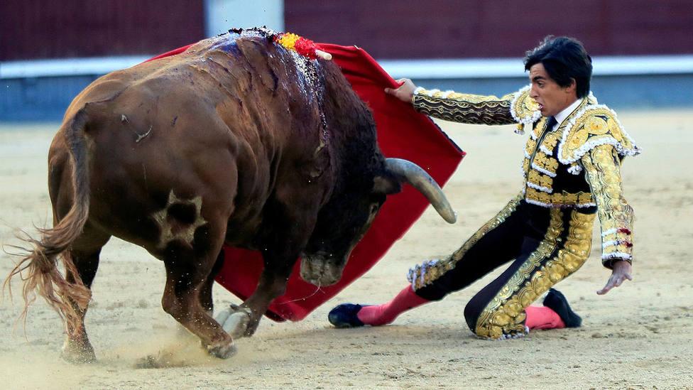 Ángel Téllez en el inicio de faena al sexto toro de Jandilla, que a punto estuvo de arrollarle