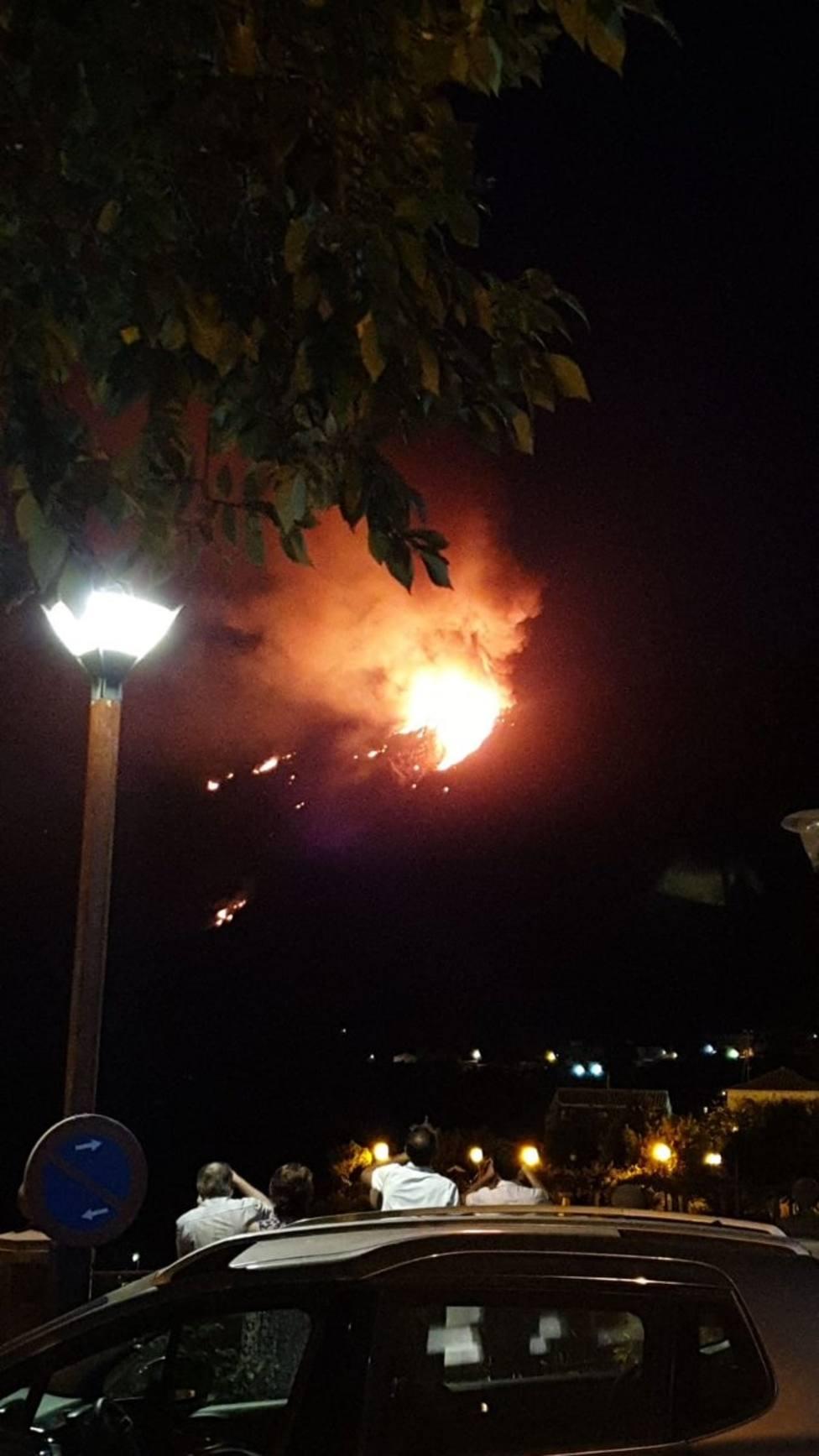 La presencia de focos secundarios complica la estabilización del incendio de Artenara (Gran Canaria)