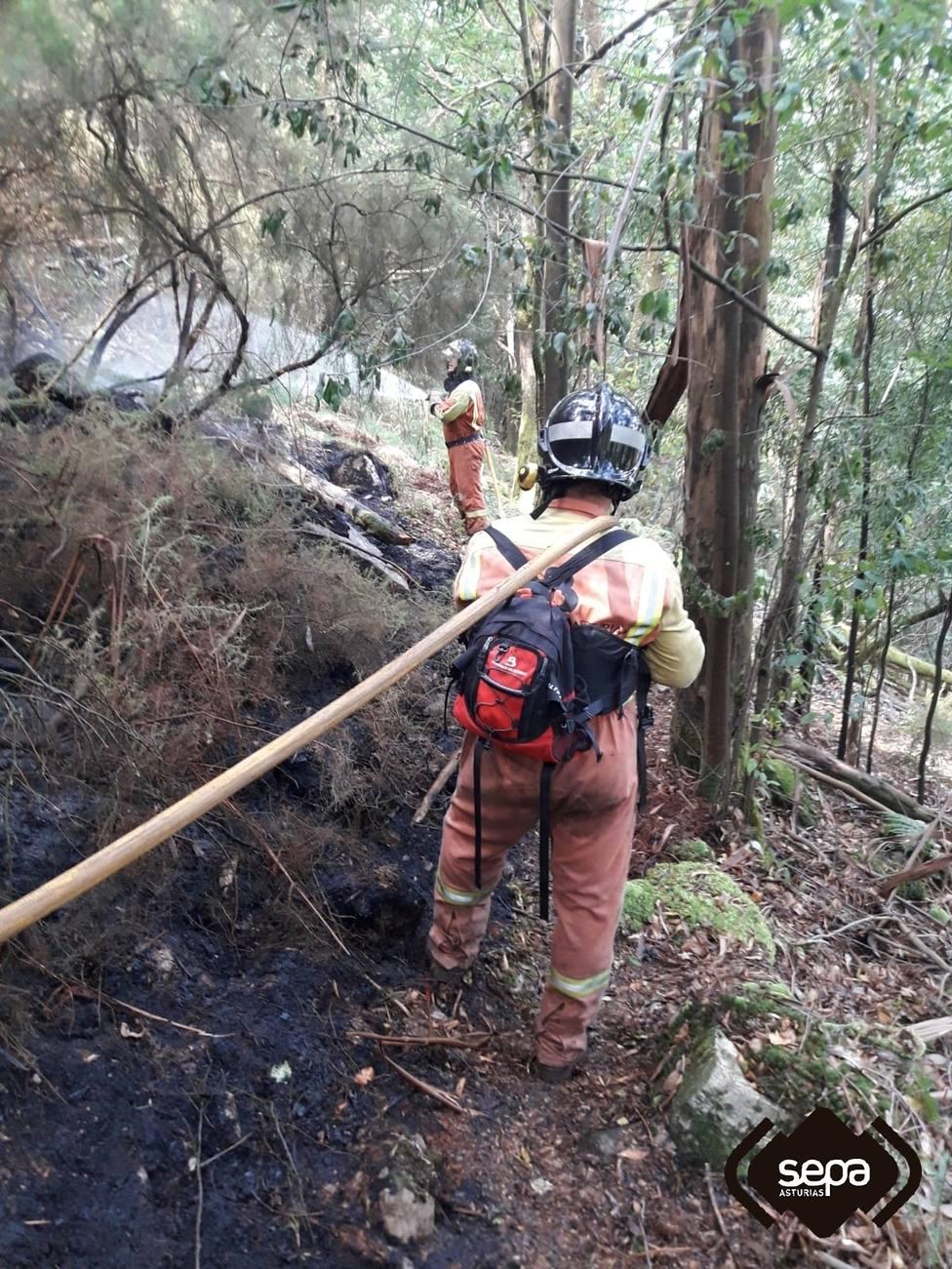 Bomberos del SEPA en las tareas de extinción del incendio de Valdés