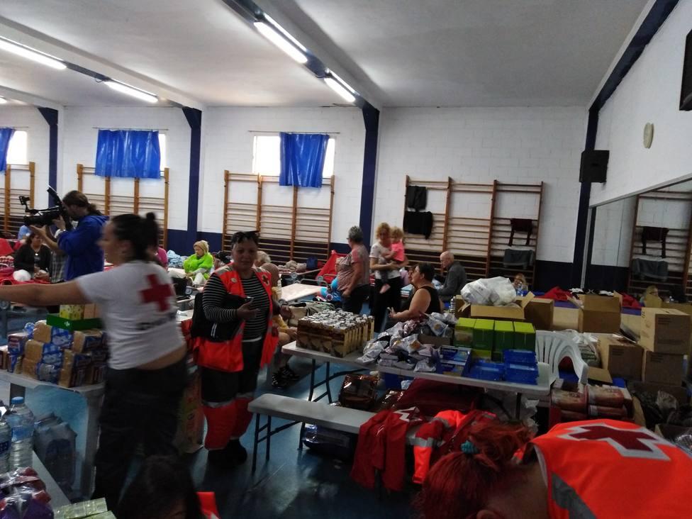 El ayuntamiento atiende en el pabellón a los evacuados del camping