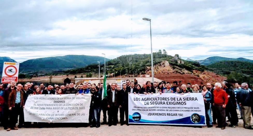 Manifestación pidiendo la construcción de las conducciones de la presa