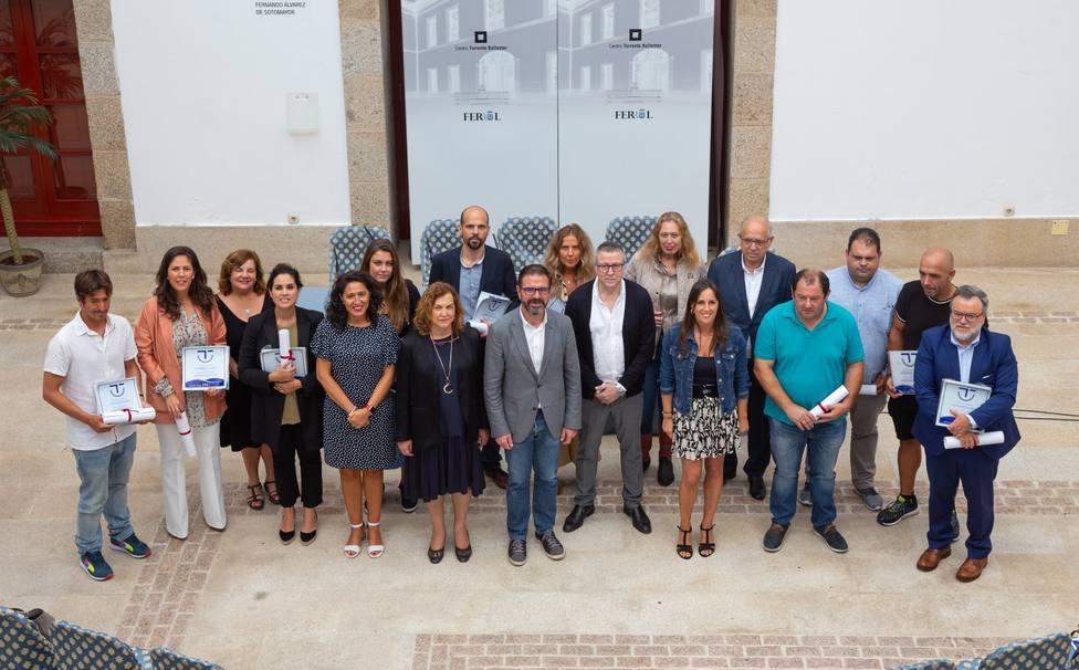 Empresarios y responsables del Ayuntamiento de Ferrol en el acto de entrega - FOTO: Concello de Ferrol