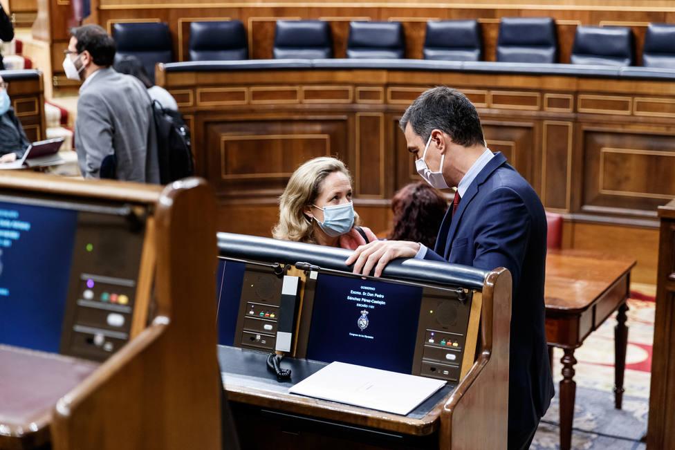 El presidente del Gobierno, Pedro Sánchez conversa con la vicepresidenta tercera, Nadia Calviño