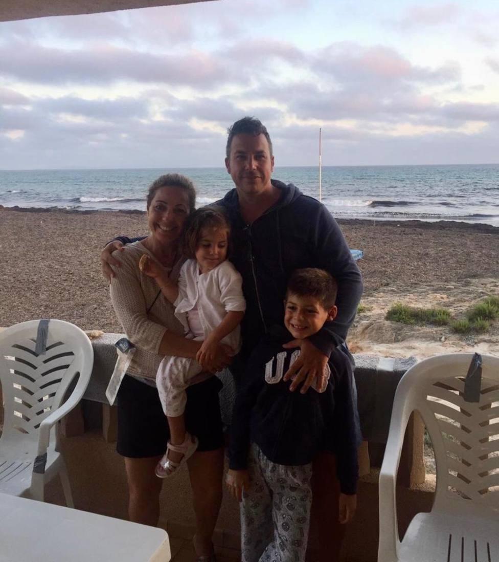 Víctor con su familia en la playa