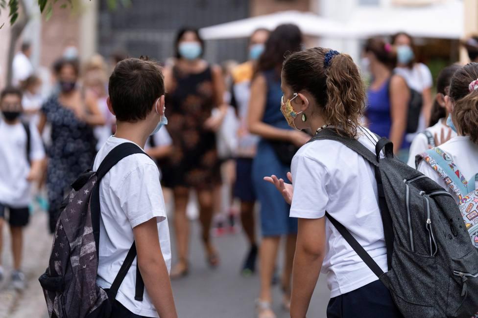 Foto de archivo de unos escolares preparados ante el coronavirus - FOTO: EFE / Miguel Barreto