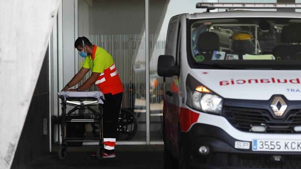 Ambulancia a la entrada del HUCA