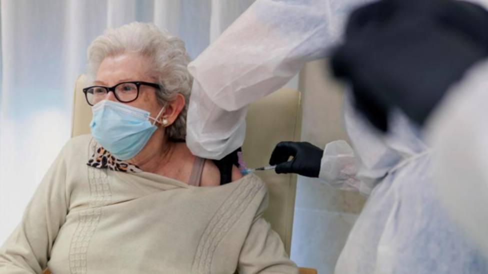 María Petra García (85 años. Zalamea de la Serena), primera mujer vacunada en Extremadura