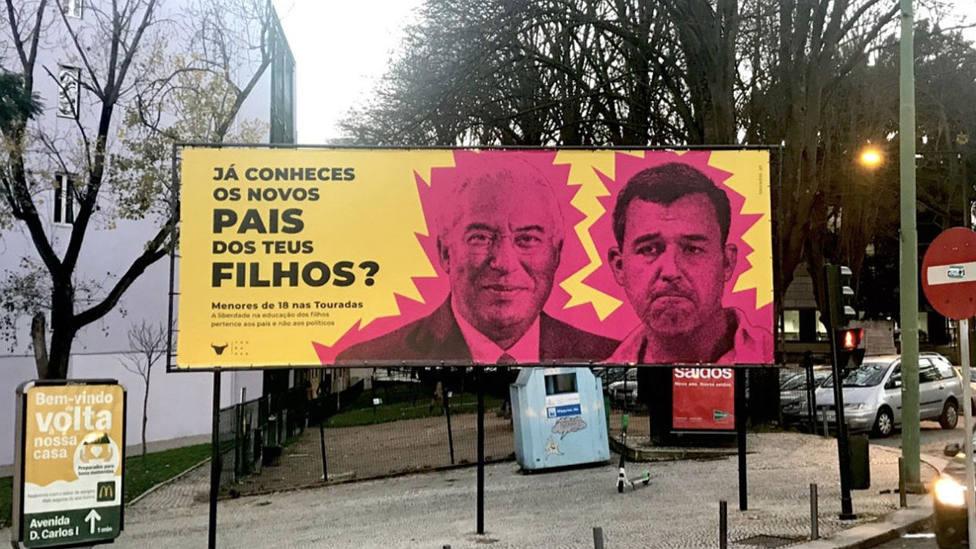 Uno de los carteles de PROTOIRO con la imagen de António Costa y André Silva