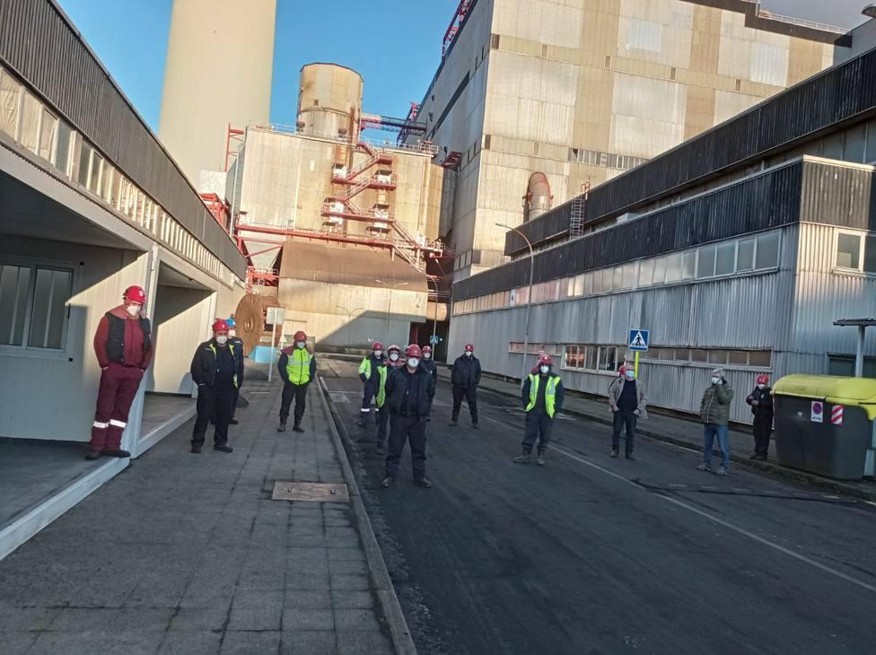 Los operarios de axiliares en el interior del complejo energético de As Pontes - FOTO: Cedida