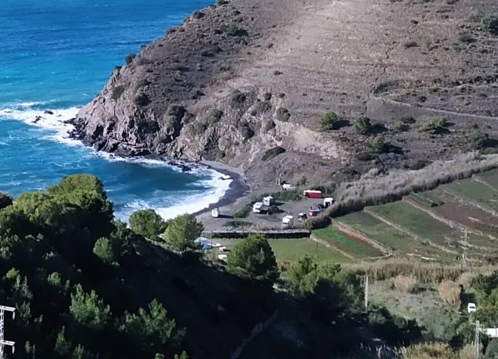 Retiran un asentamiento ilegal y reincidente en la playa del Barranco de Enmedio de Almuñécar