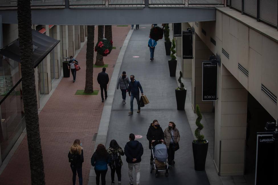 Personas de compras en el centro comercial La Maquinista, Barcelona - David Zorrakino - Europa Press - Archivo