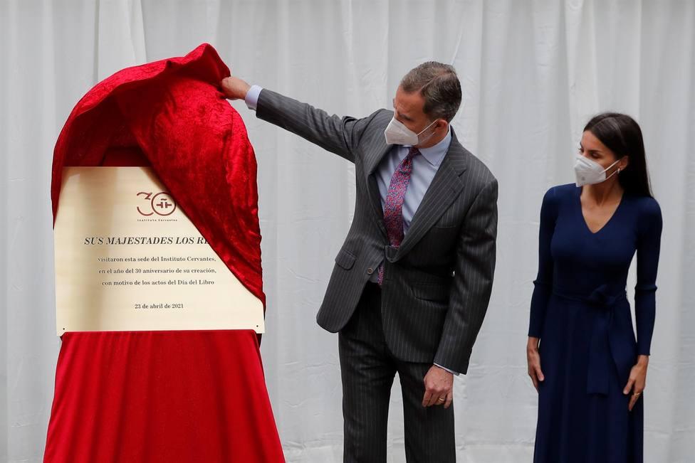 Los reyes Felipe y Letizia descubren una placa conmemorativa el acto en la sede del Instituto Cervantes