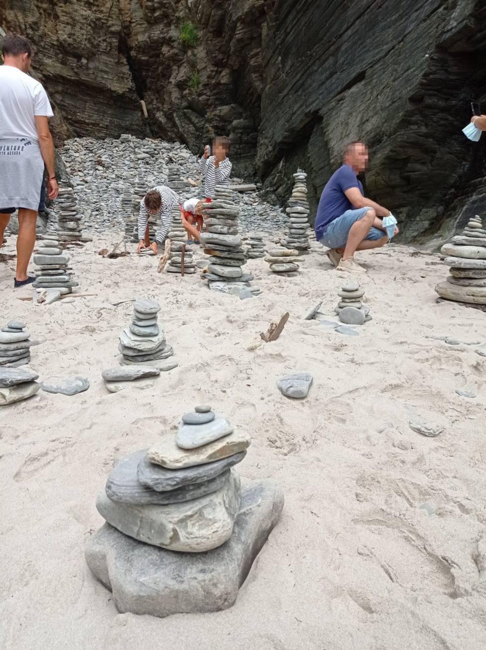 Amontonamiento de piedras en la Praia das Catedrais