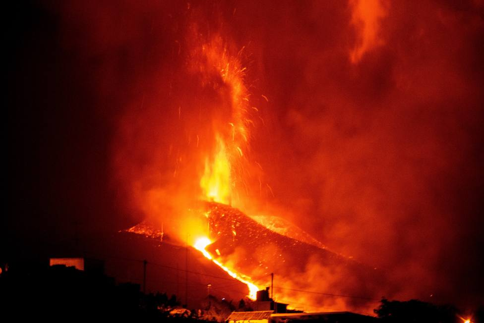 Se rompe el cono principal del volcán de La Palma y libera una gran colada de lava hacia el mar