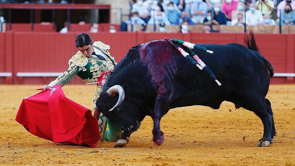 Derechazo de rodillas de Miguel Ángel Perera durante su actuación este sábado en Sevilla