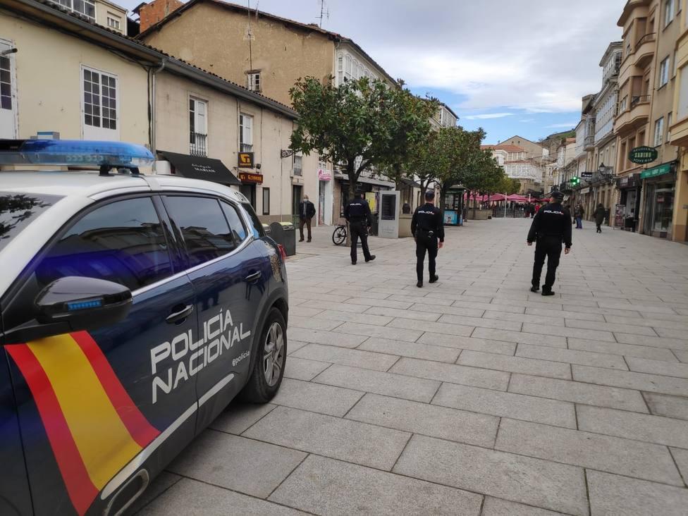 Policías nacionales en una calle de Monforte de Lemos
