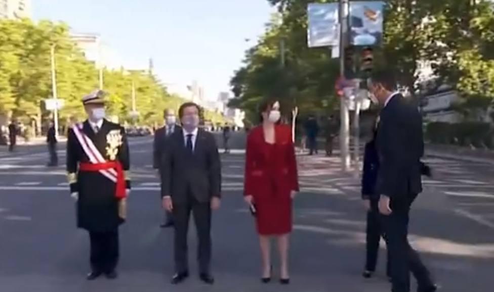 El vídeo del comentado saludo entre Sánchez y Ayuso en el desfile de la Hispanidad: Qué comportamiento