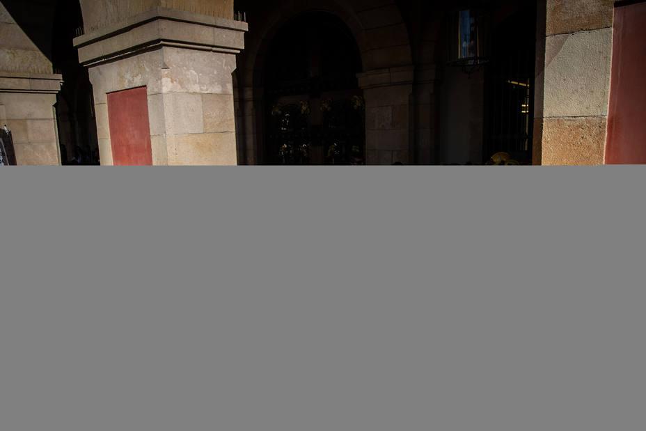Los Mossos cierran las puertas del Parlament para impedir la entrada de los médicos y bomberos que protestaban