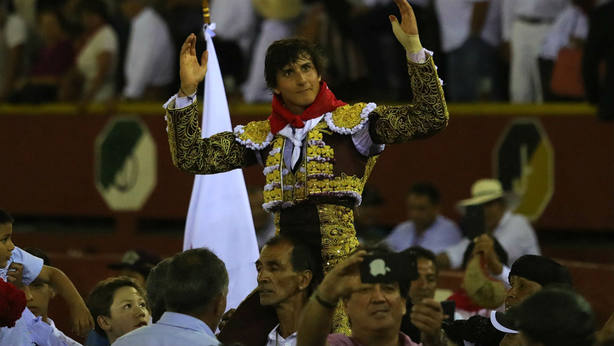 Andrés Roca Rey en su salida a hombros este domingo del coso limeño de Acho