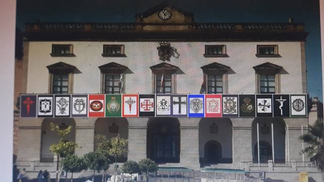 Simulación de la balconada principal del ayuntamiento con los estandartes de las cofradías