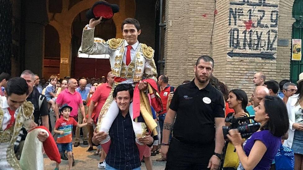 Emiliano Robledo en su salida a hombros de la plaza de toros de Granada